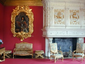 This room contains furniture the then owner of the castle received from King Louis XIV, along with a portrait of the king, in memory of his visit to Chenonçeau in 1650.