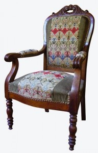 The leg of this Louis-Philippe armchair is turned and its backrest is equipped with a pierced purchase.