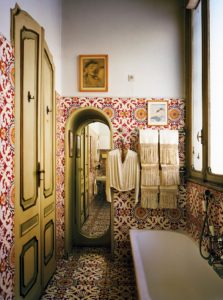 The 'Mediterranean' bathroom, covered in Vietri maiolica tiles, Casa Mollino, Turin (1960-1968)..