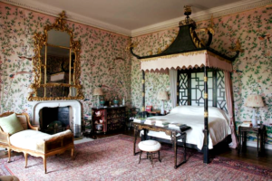Bedroom with hand painted wallpaper by William and John Linnell, Badminton (England)